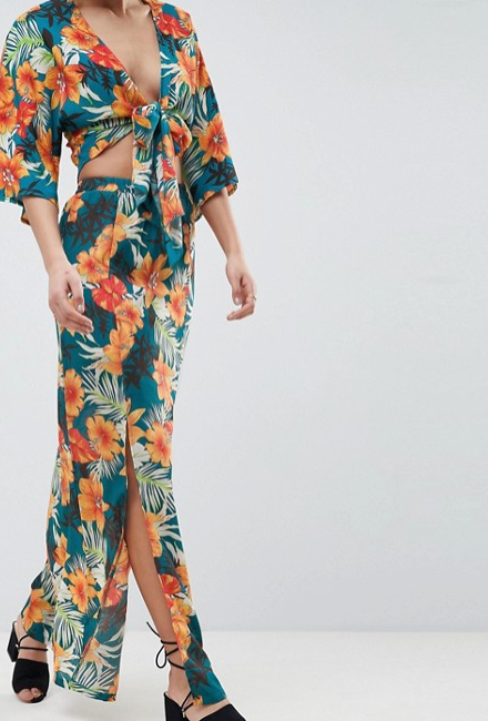 PrettyLittleThing - Robe longue à imprimé tropical
